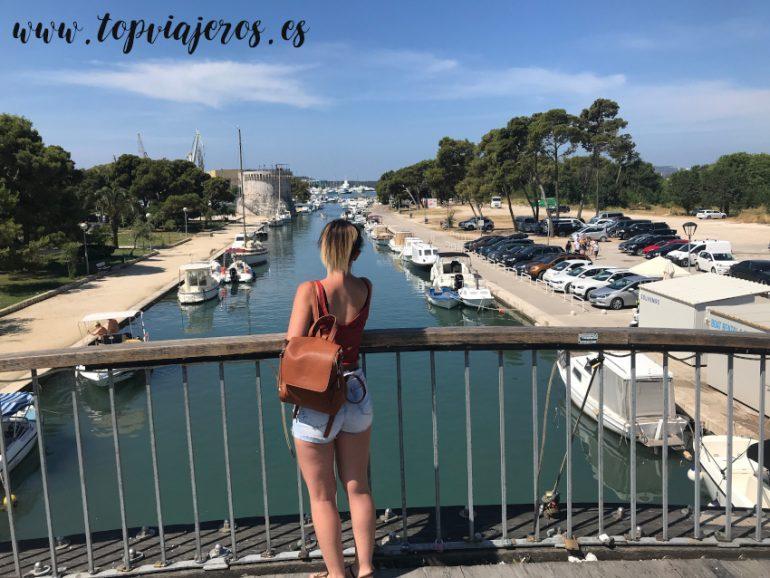 Puente que conecta la islita de Trogir con su casco antiguo (Croacia)