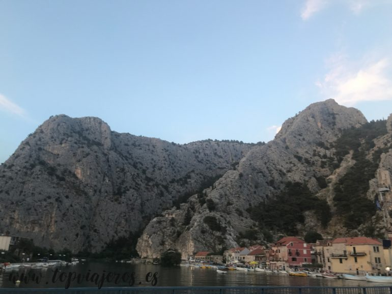 Paisaje Omis (Croacia)