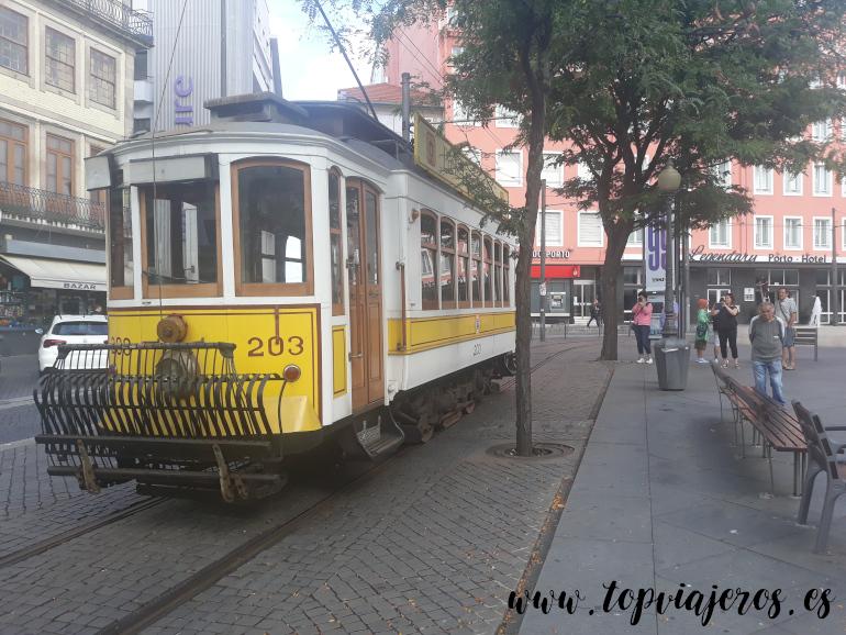 Tranvía en la Praça da Batalha  Oporto