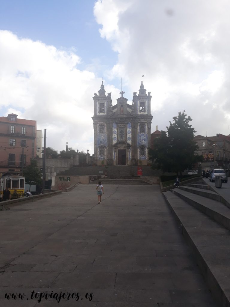 Iglesia de San Idelfonso desde la Praça da Batalha Oporto