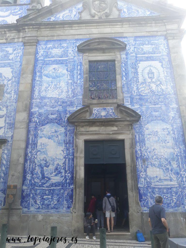 Fachada principal de la Capilla de las Almas Oporto