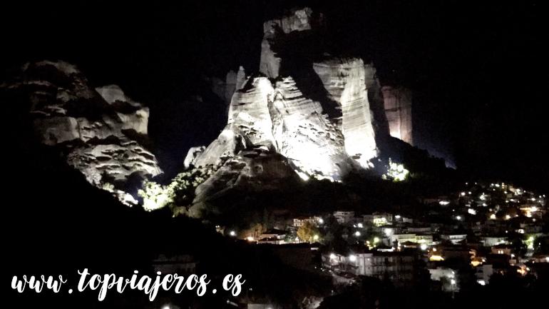 Vistas nocturnas Meteora desde Kalambaka
