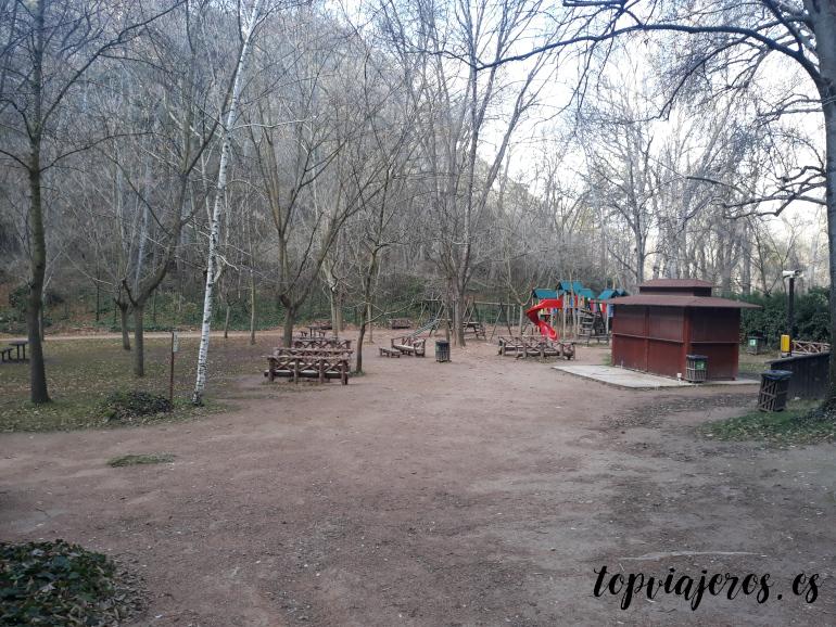 Parque infantil y quiosco - Monasterio de Piedra (Zaragoza)